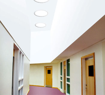 Iluminarea unui hol dintr-o clădire de birouri folosind soluția tunelului de lumină Keylite